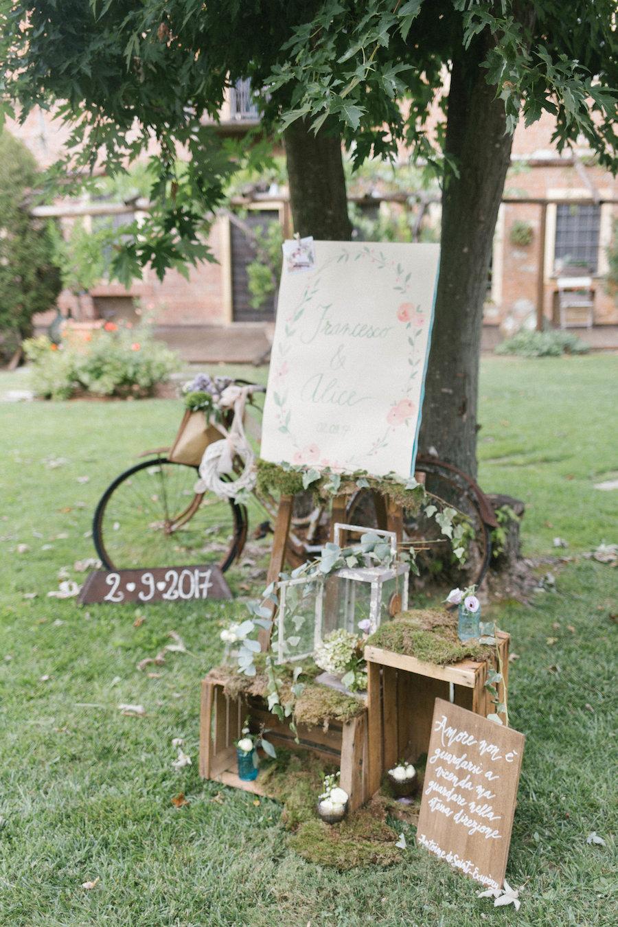 allestimento cerimonia con cassette di legno e bicicletta