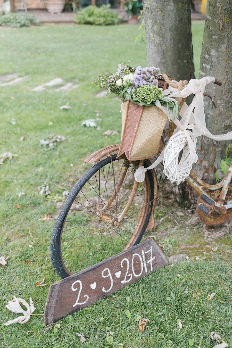 allestimento cerimonia con bicicletta