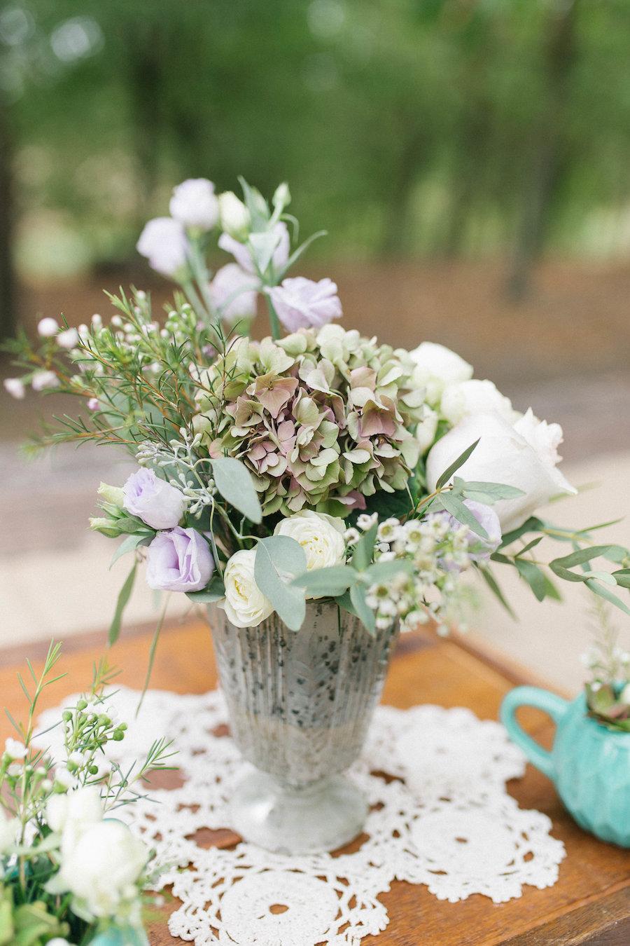 composizione floreale verde, bianca e lilla