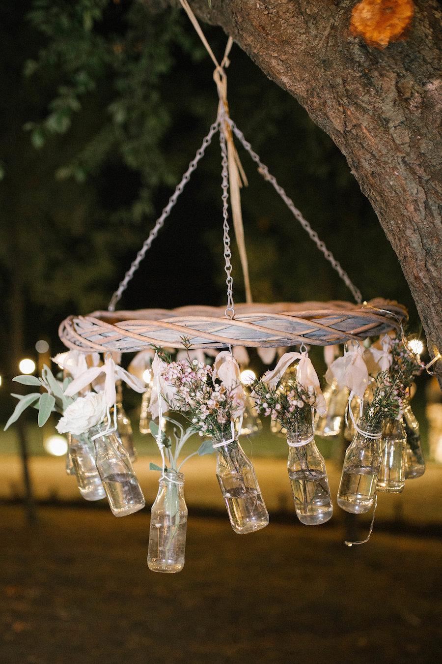 chandelier con bottiglie di vetro