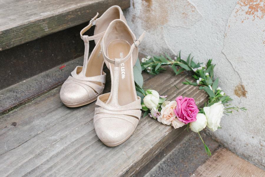 scarpe cipria e corona di fiori