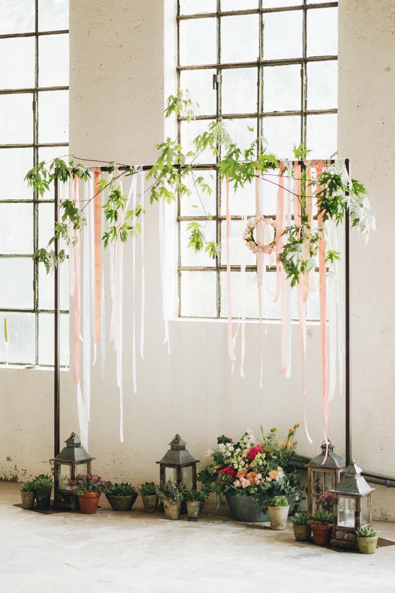 arco nuziale con nastri e foliage