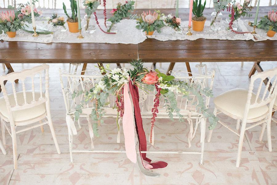 decorazioni sedie con nastri e foliage