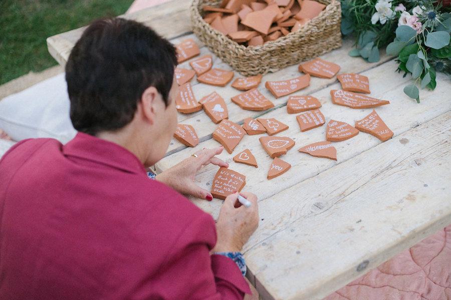 guestbook alternativo con cocci di terracotta