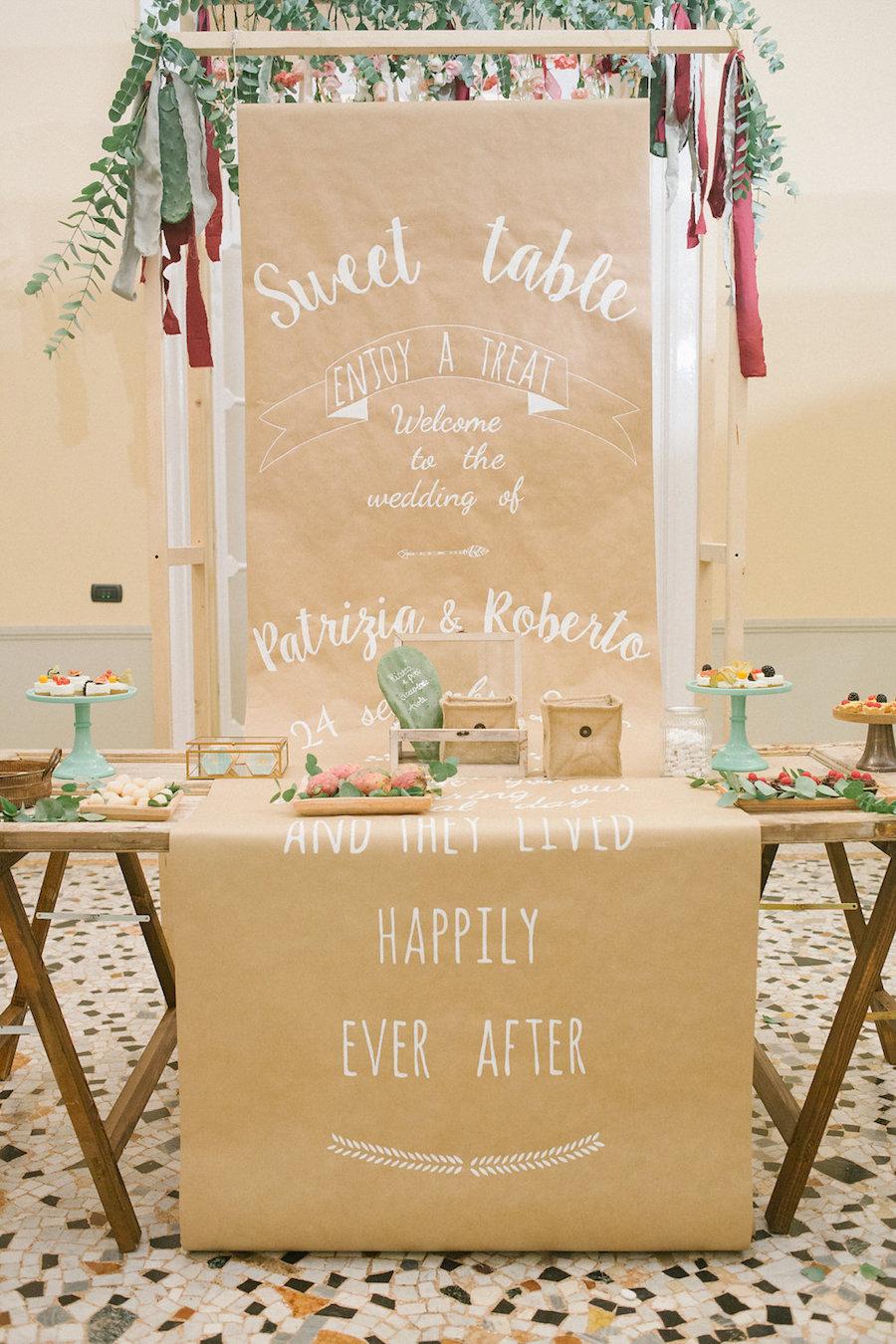 sweet table con backdrop in carta kraft