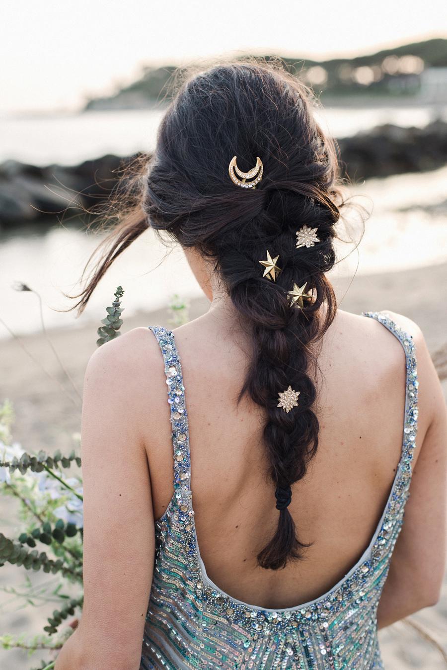 sposa con treccia e stelle nei capelli