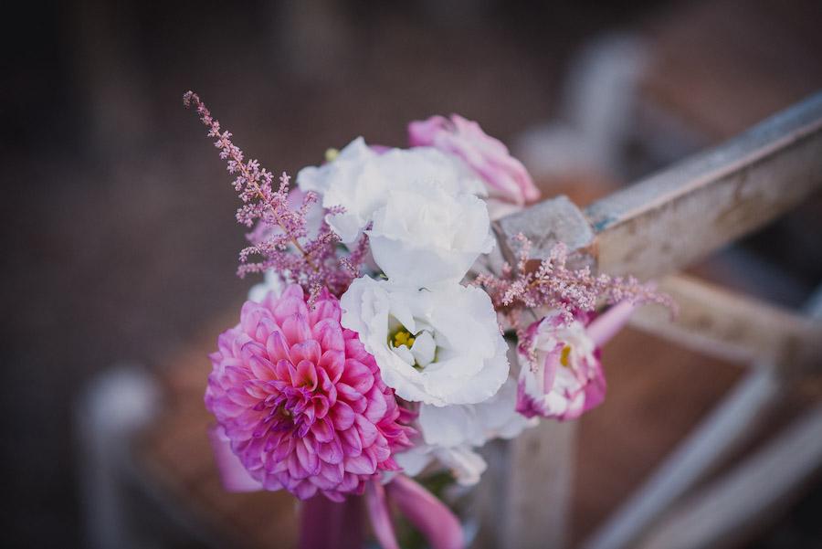 decorazione con fiori bianchi e fucsia