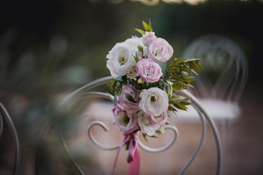 decorazione sedia con lisianthus bianchi e rosa