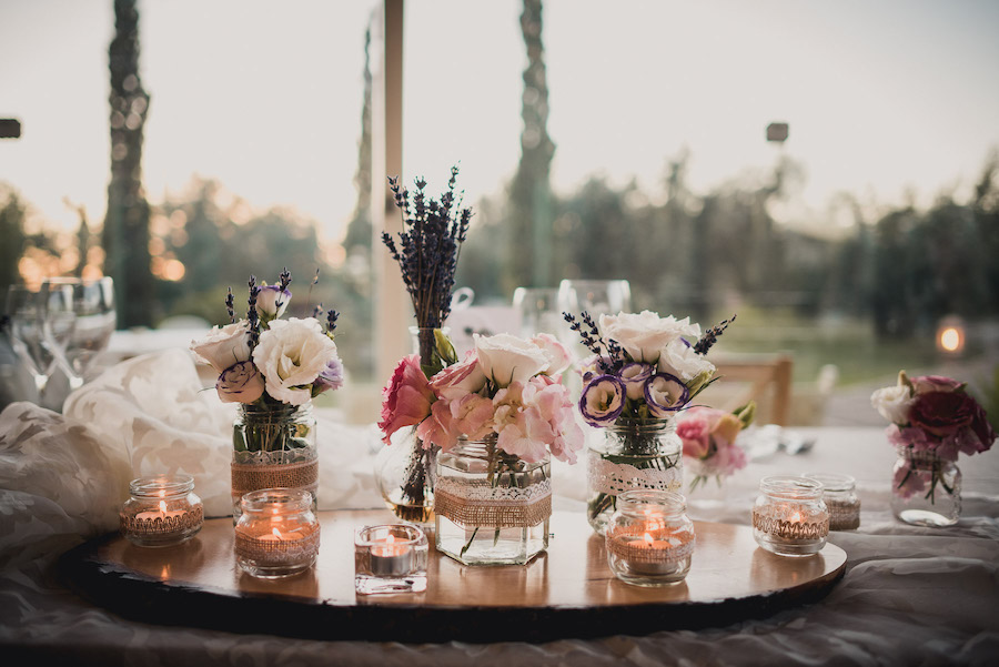 tavola con fiori rosa e lavanda