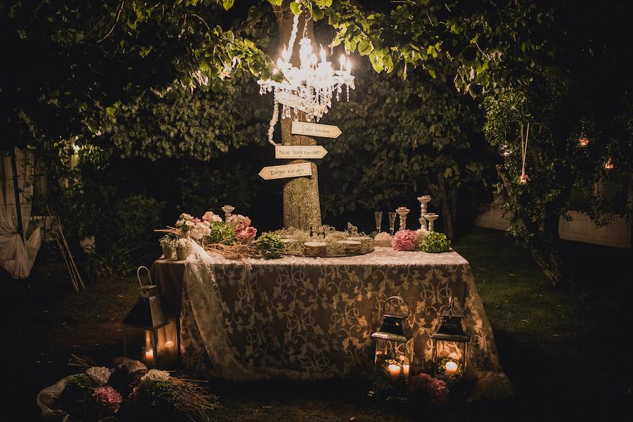 tavolo della torta con chandelier