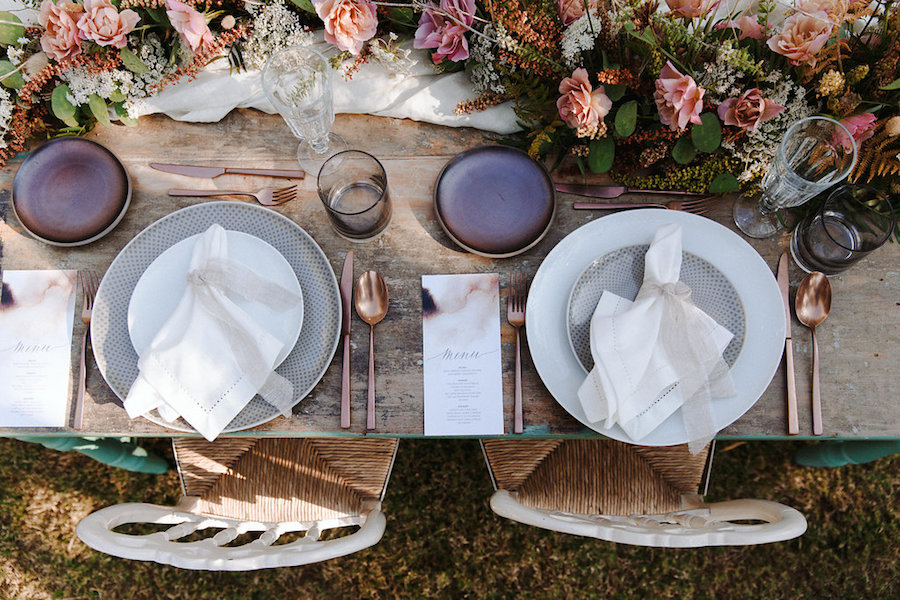 tavola in legno con posate rame