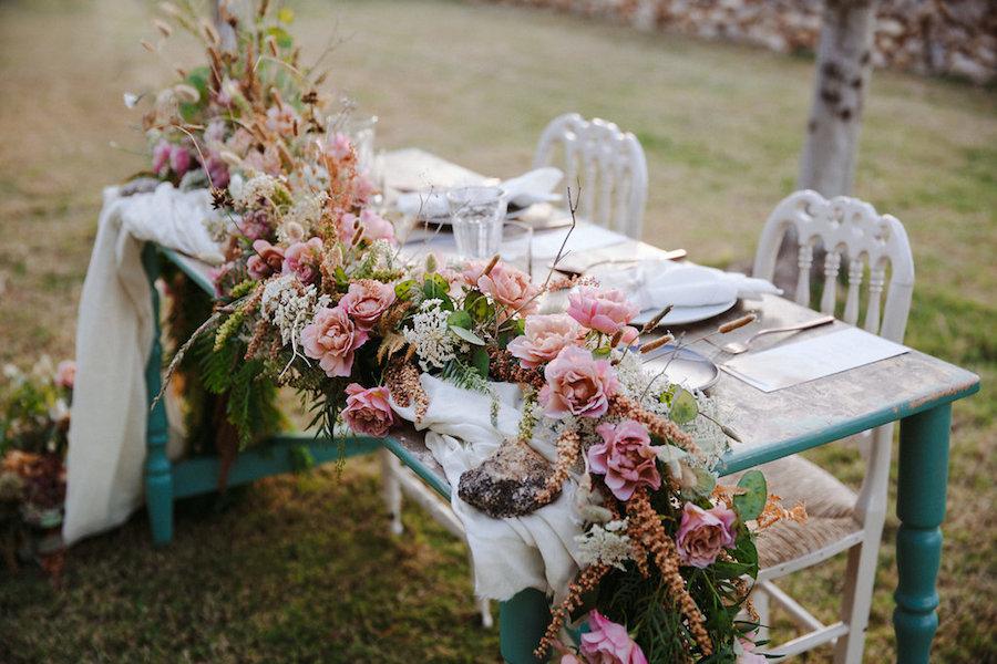 tavola vintage con fiori rosa