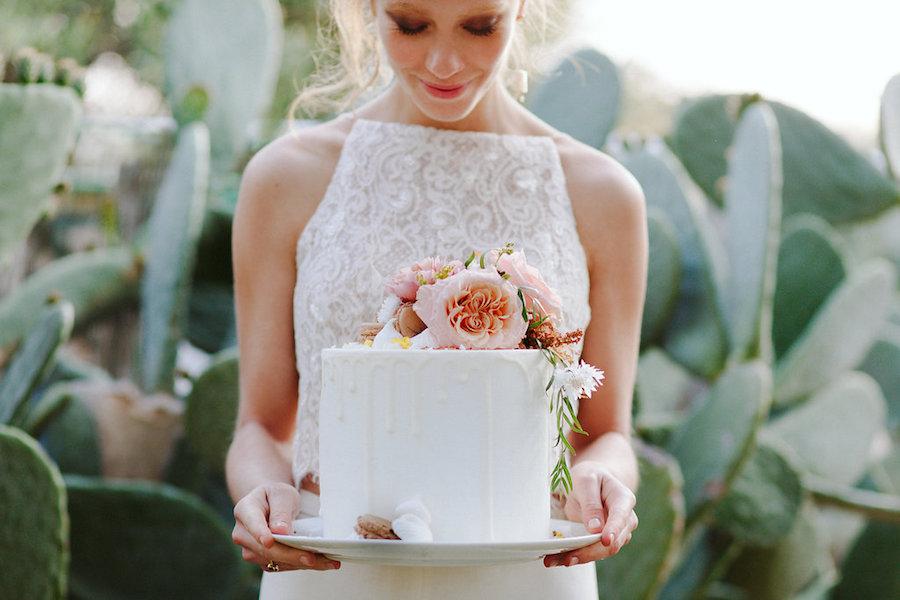 drip cake con fiori rosa