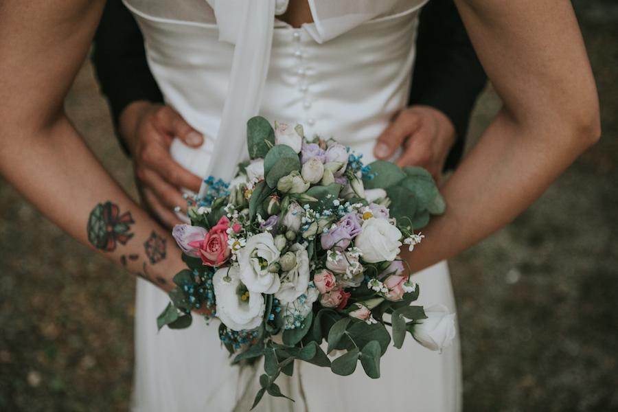 bouquet con rose, lisianthus e camomilla