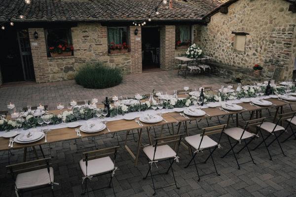 Una cerimonia del tè per un matrimonio rustico