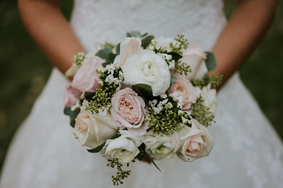 bouquet con rose bianche e rosa