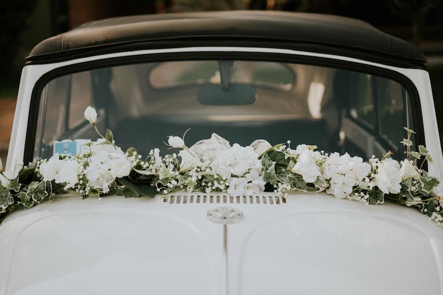 decorazione auto sposi con rose ed eucalipto