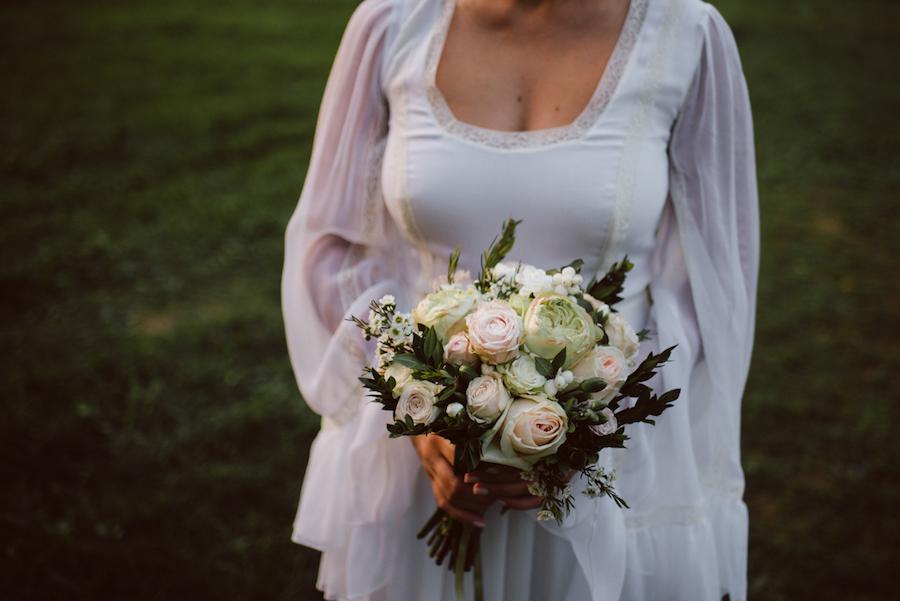 bouquet con rose bianche e cipria
