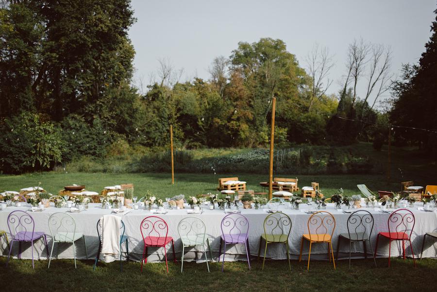 tavola matrimonio con sedie colorate