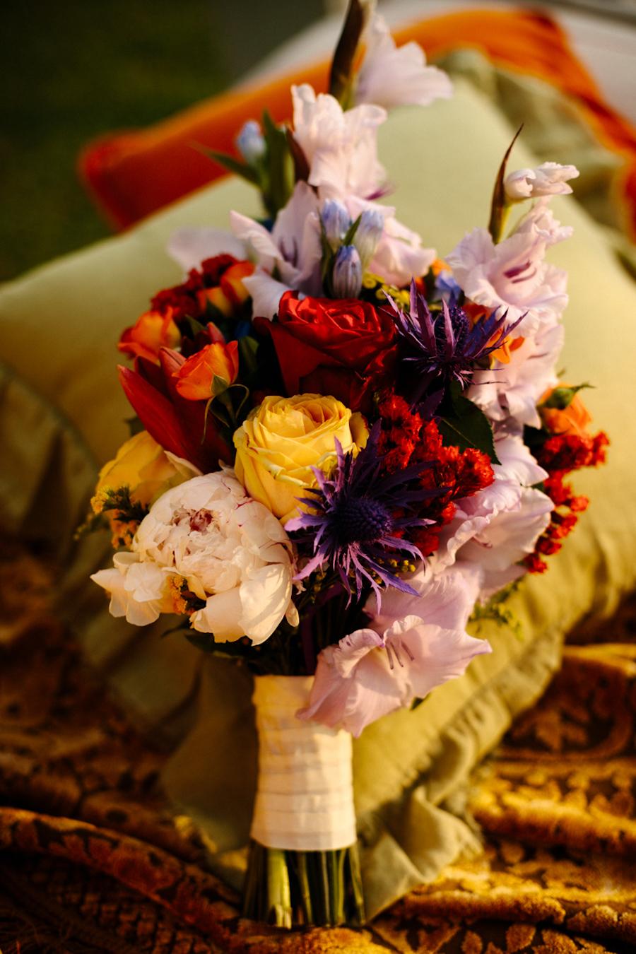 bouquet rosso, viola e giallo
