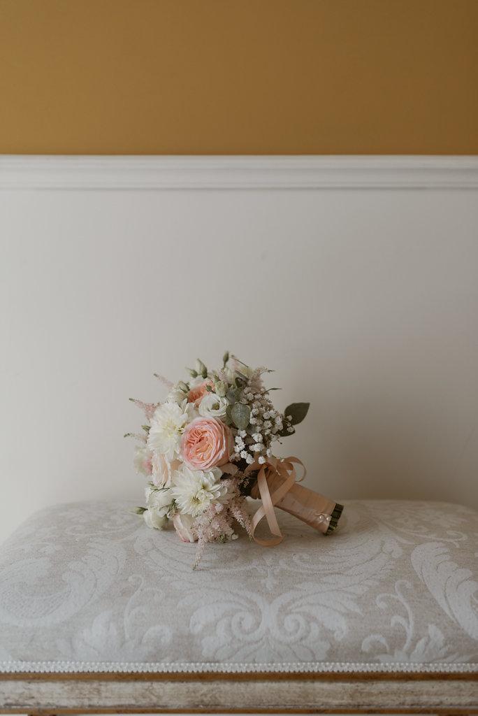 bouquet con rose da giardino, dalie e astilbe