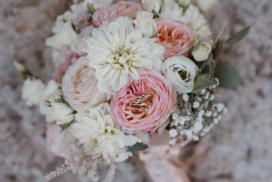 bouquet con rose da giardino, dalie e lisianthus