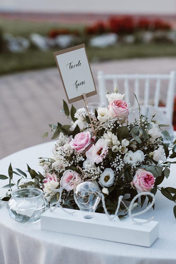 centrotavola con rose e lisianthus