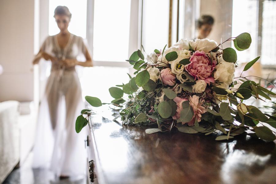 bouquet con peonie e lisianthus