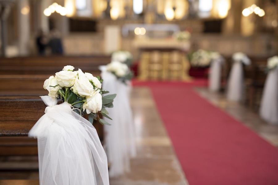 allestimento chiesa con rose e tulle