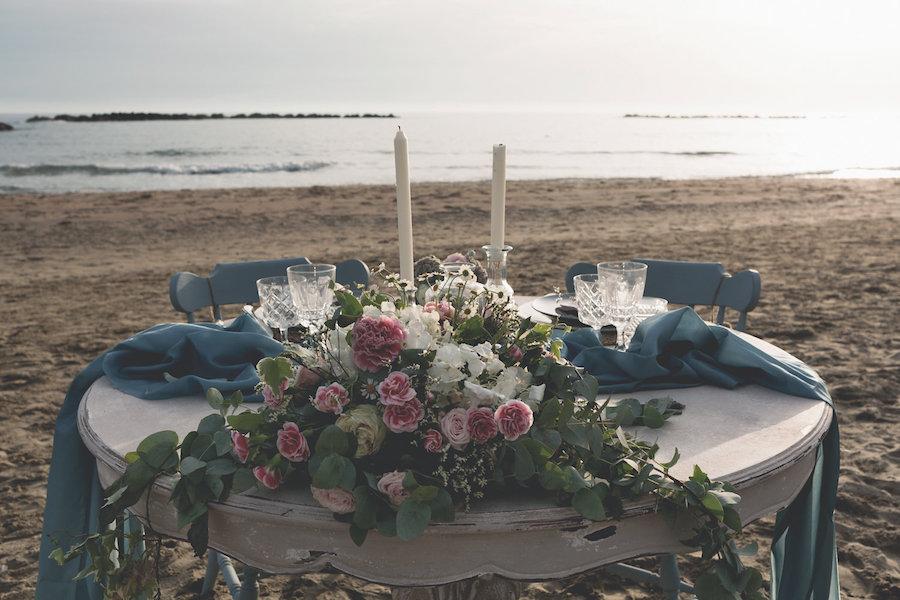 tavola matrimonio sulla spiaggia