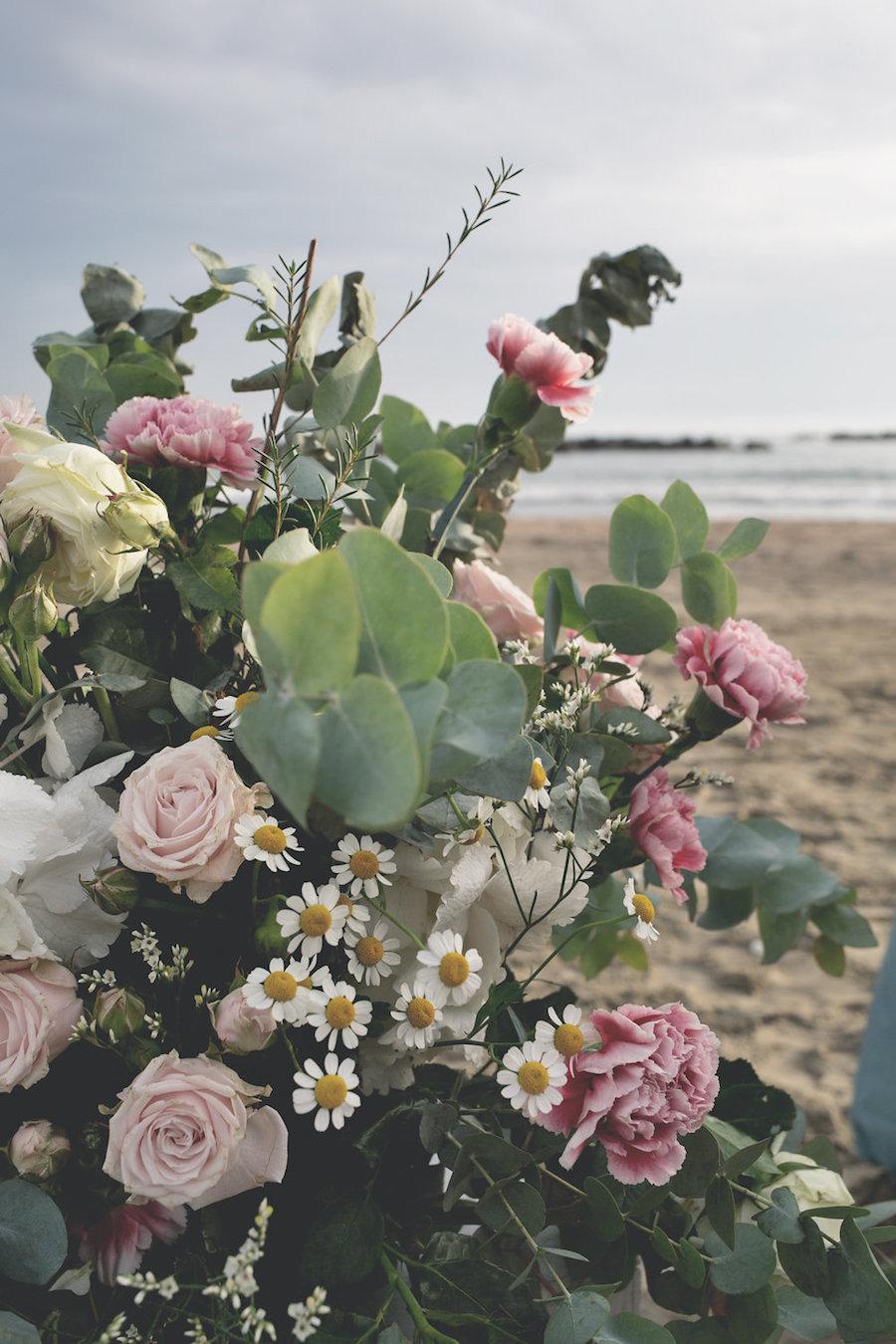 composizione floreale con rose, garofani e camomilla