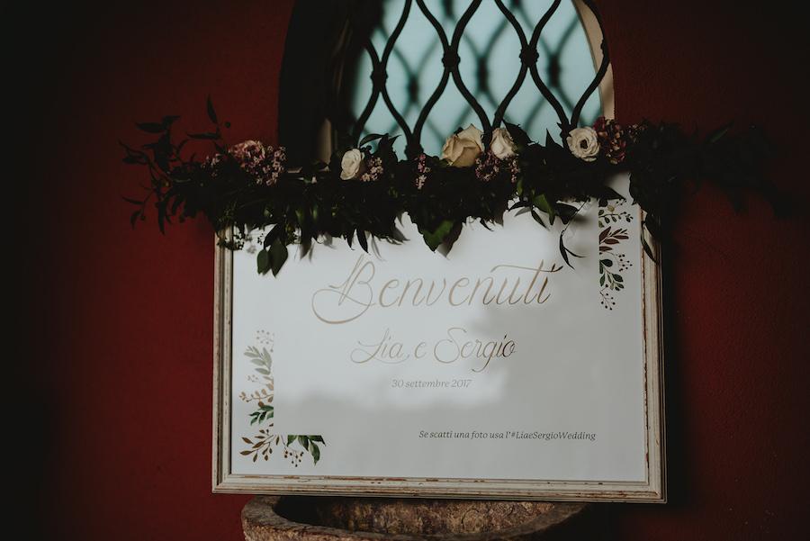 cartello di benvenuto con fiori
