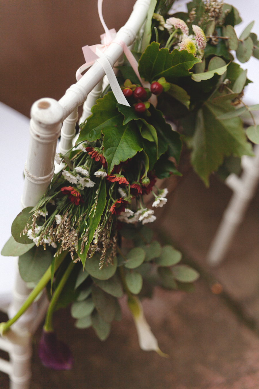 decorazione floreale sedia bordeaux
