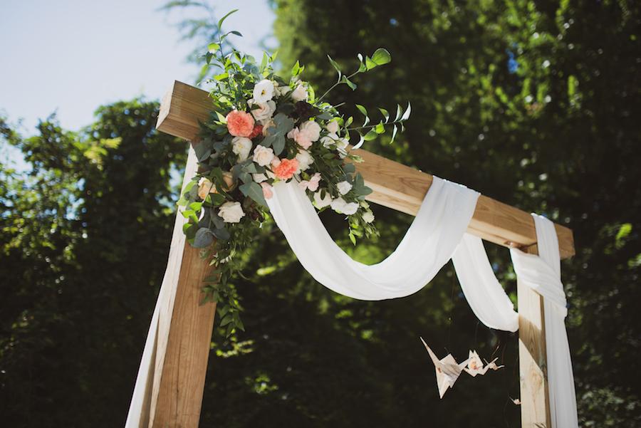 arco nuziale con fiori pesca e rosa