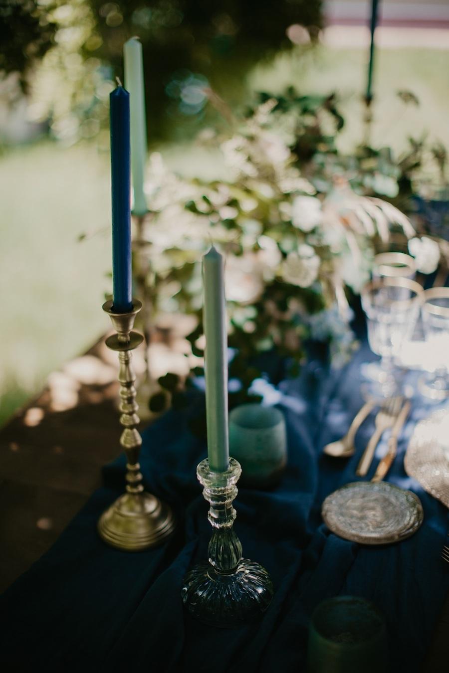 candelabri con candele azzurre e blu