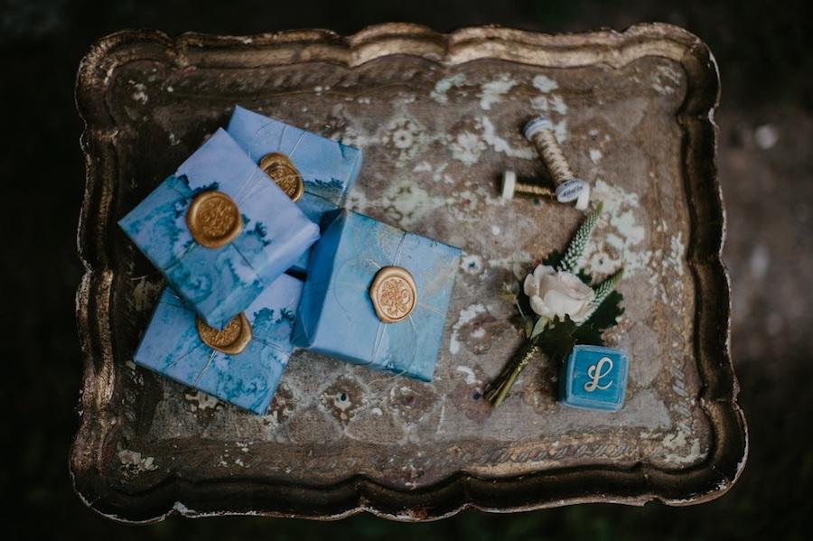 confezioni bomboniere azzurre e oro