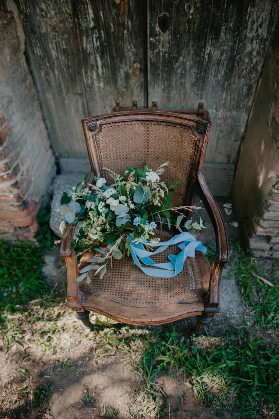 bouquet con pimpinella selvatica e oxypetalum caeruleum