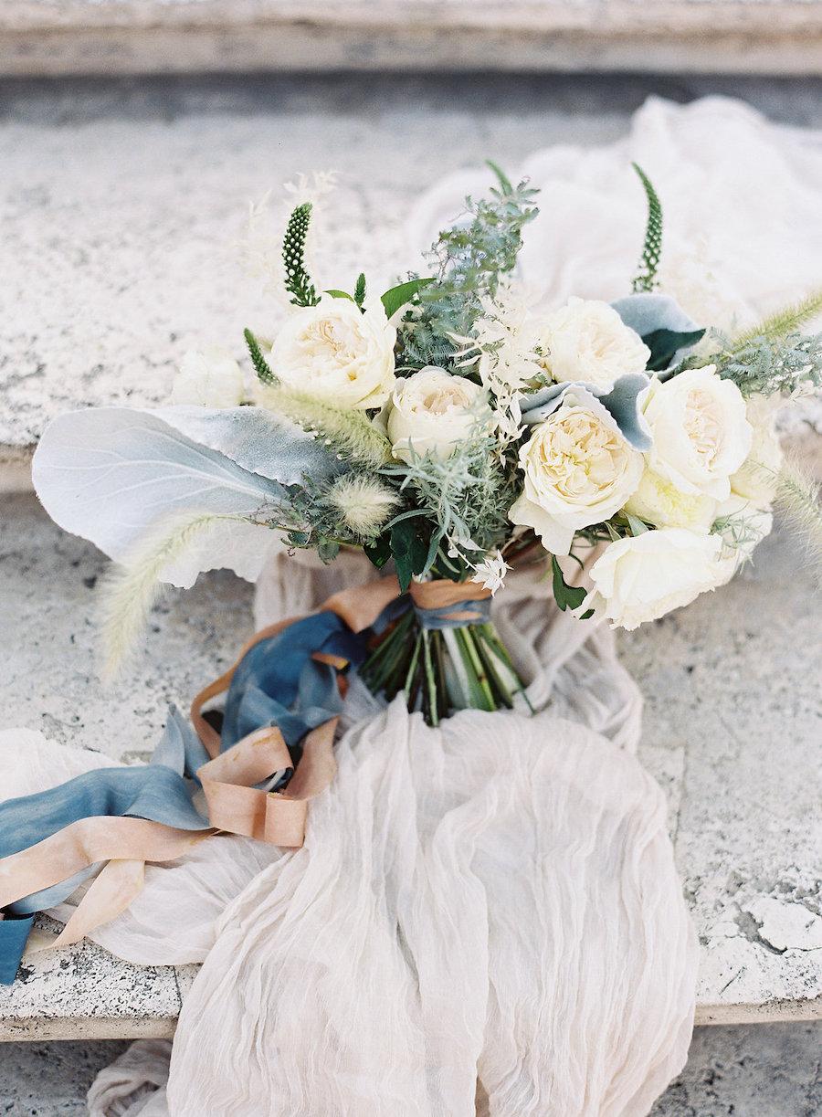 bouquet bianco e verde con nastri